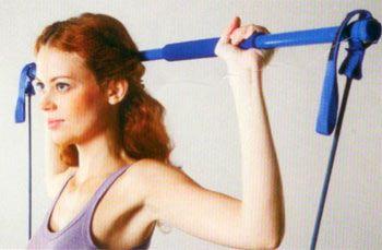 1. Omuz çalıştırma:  Gym-stick'i ayaklarınıza takın, kollarınız 90 derece açıklıkta iken pozisyon alın ve nefes verirken kollarınızı yukarı kaldırın. Kollarınızı yukarıda tam olarak düz olmadan, hafif kırık pozisyonda bırakın ve tekrar nefes alarak 90 dereceye kadar indirin. 3 set yapın, her set 15 tekrardan oluşmalı.  Çalışan bölge: Omuz ve sırt